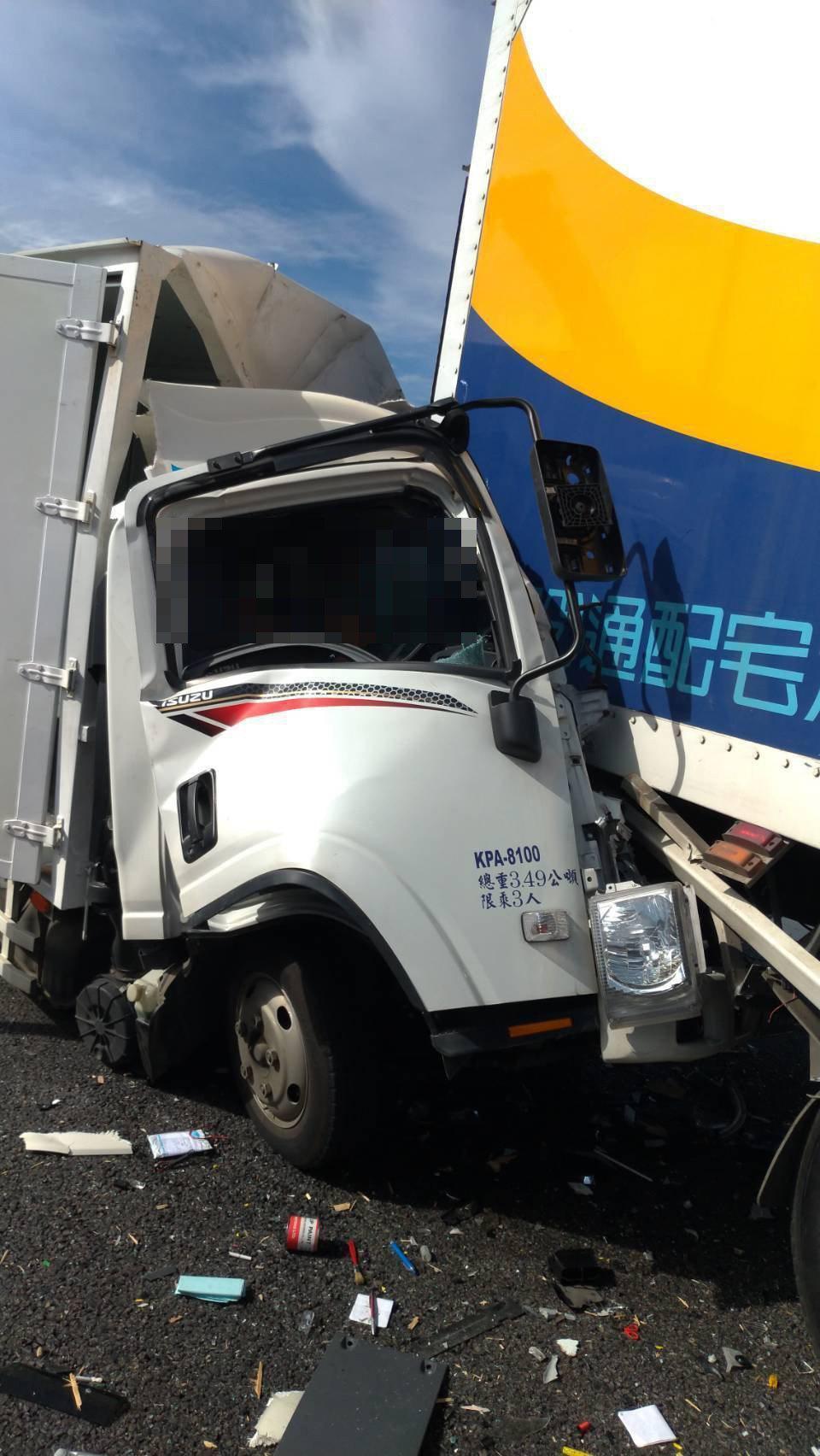 桃園市大園區國道二號西向路段,今天上午八點多發生連環撞車禍,一台大貨車撞上銀色小...