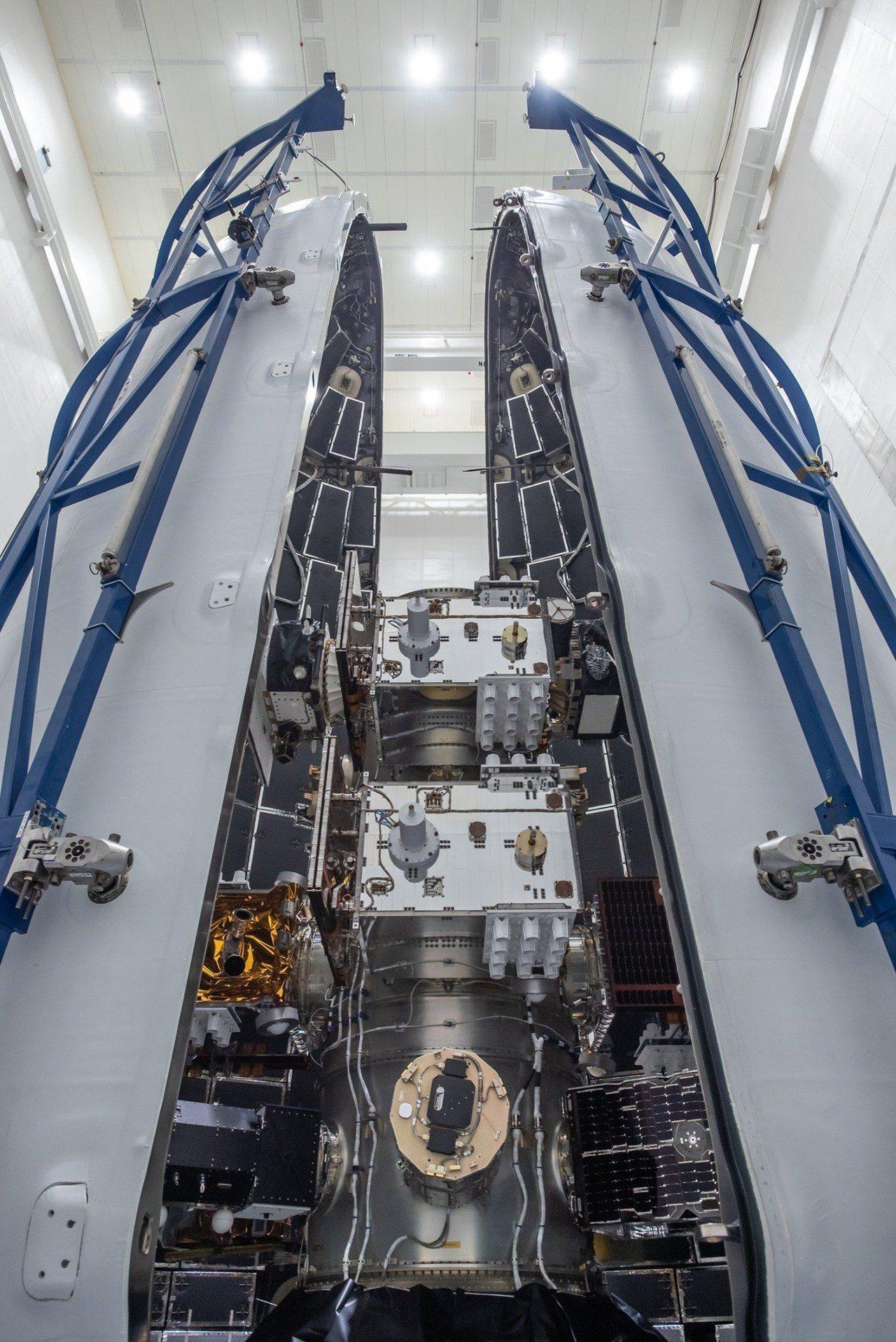 6月22日STP-2 任務所有24枚衛星都在轉接環上,火箭酬載艙準備封裝。圖/國...