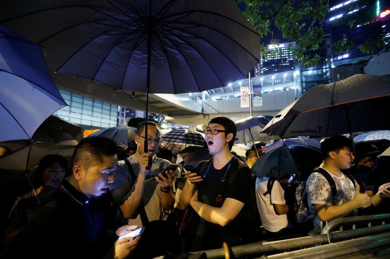 香港反送中運動在立法會大樓外唱歌表達立場。 (路透)