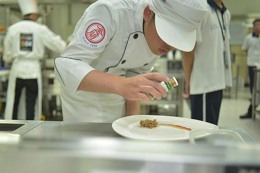 參賽者展現專業,投入製作美味的好菜。 金蘭食品/提供