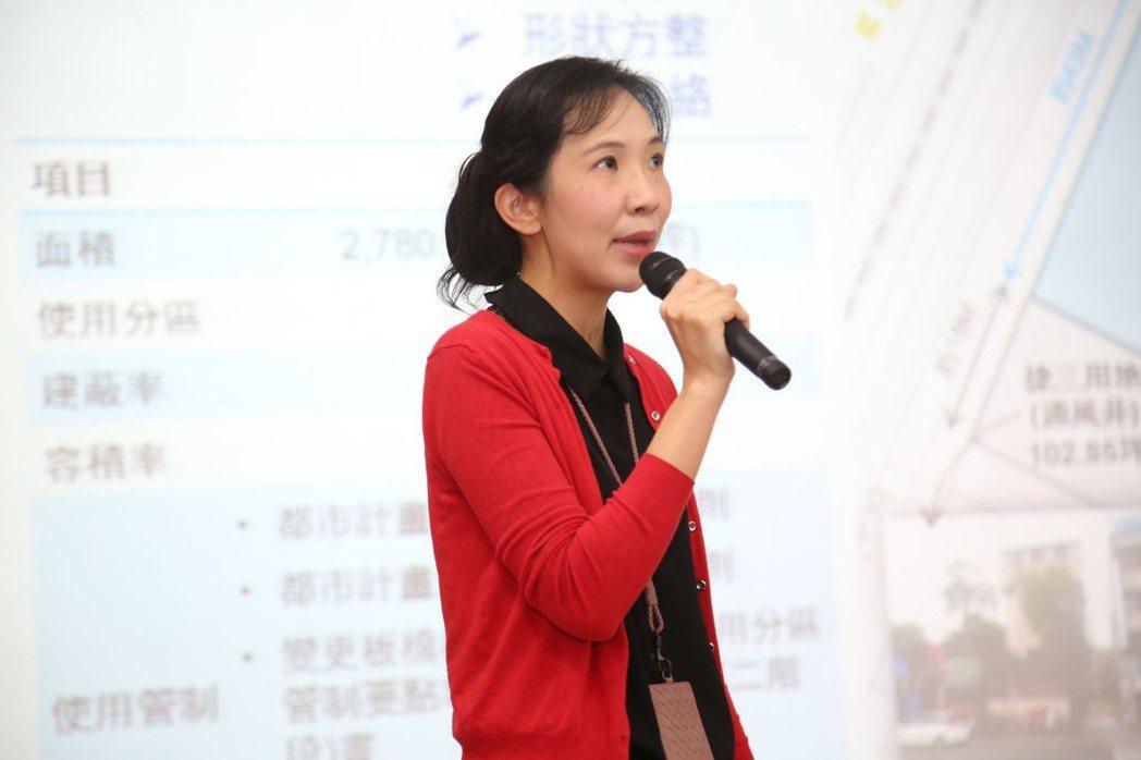 戴德梁行資本市場部協理盧依莉向投資人簡報 毛洪霖/攝影