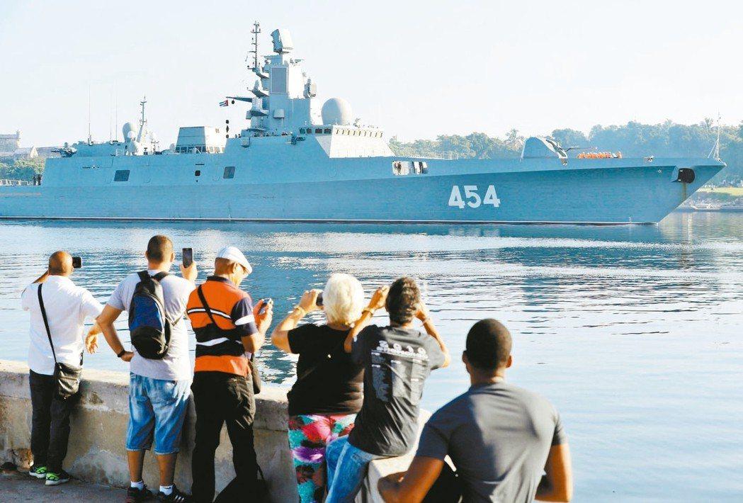 古巴民眾看到俄國軍艦「戈爾什科夫海軍上將號」進入哈瓦那港,紛紛拍照。 歐新社