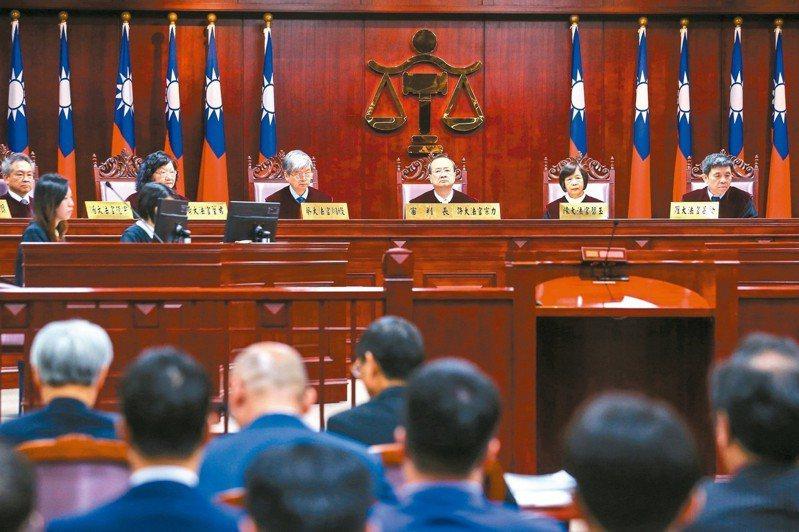 憲法法庭上午召開公務員年改釋憲案言詞辯論 ,由大法官許宗力(右三)擔任審判長。 記者王騰毅/攝影
