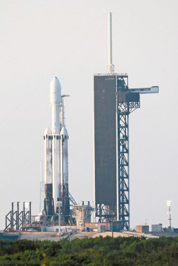承載福衛七號的獵鷹重型火箭直立在發射台。 圖/國家太空中心提供