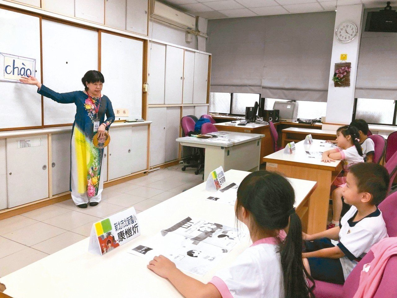 新北市教育局日前舉辦新住民語文教學支援人員共備社群公開授課,由6名新住民老師採用...