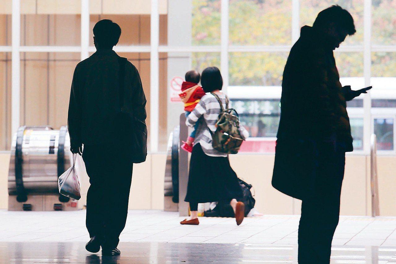 基層員工表示公務員每日平均加班2小時成常態。照片為示意圖。 圖/聯合報系資料照片