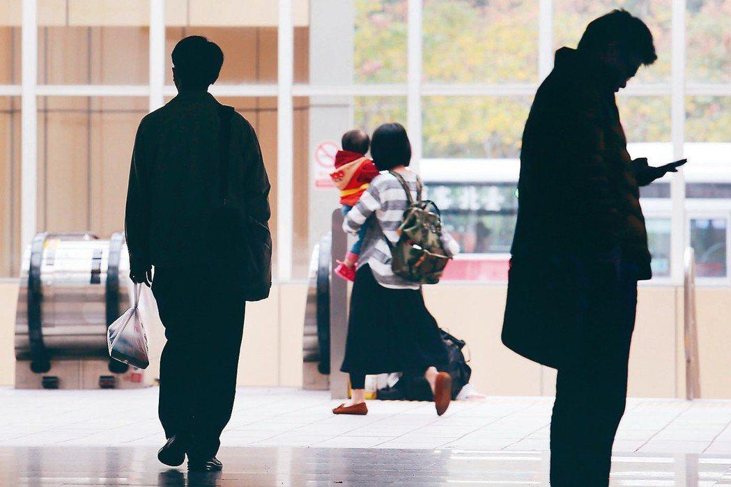 勞保、勞退各逾10萬勞工遭高薪低報,勞保局7、8月將逕行調高。 本報資料照片