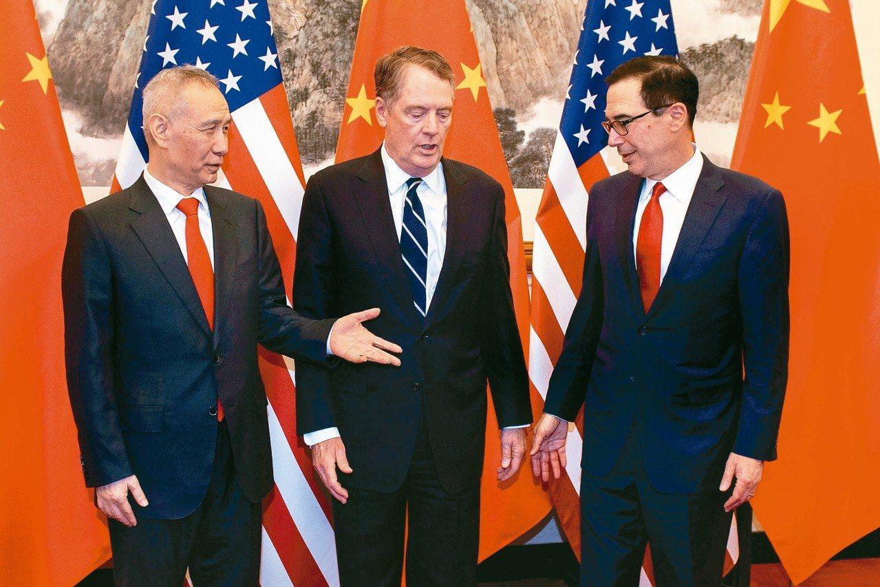 中國大陸副總理劉鶴(左)昨天和美國貿易代表賴海哲(中)、美國財長米努勤(右)通電...