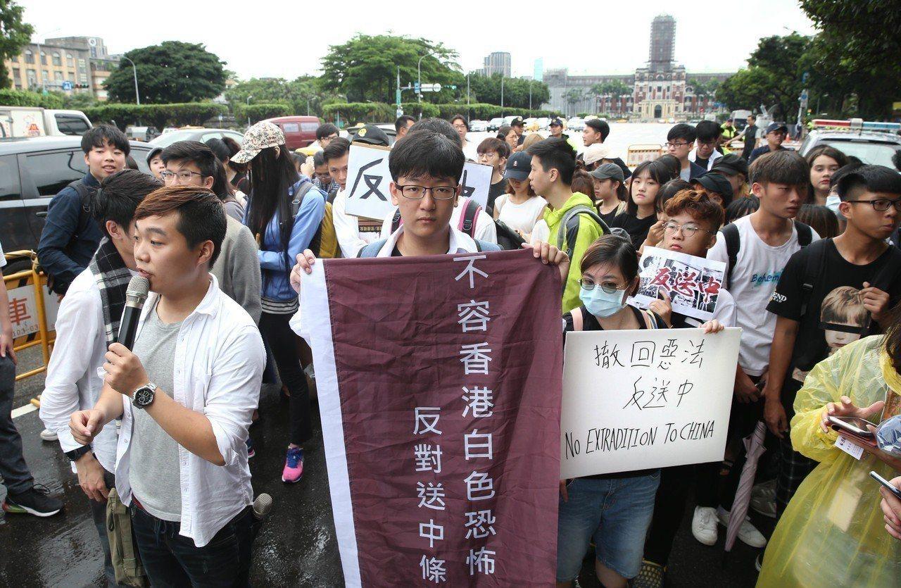 在台港生及民眾前往總統府向蔡英文總統遞送陳情書。圖/聯合報系資料照片