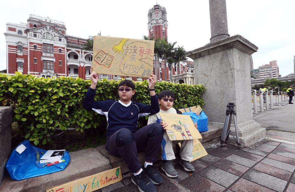 響應315全球氣候罷課行動,12歲小六生楊子慶(左)與弟弟楊子瑩(右)從彰化北上...