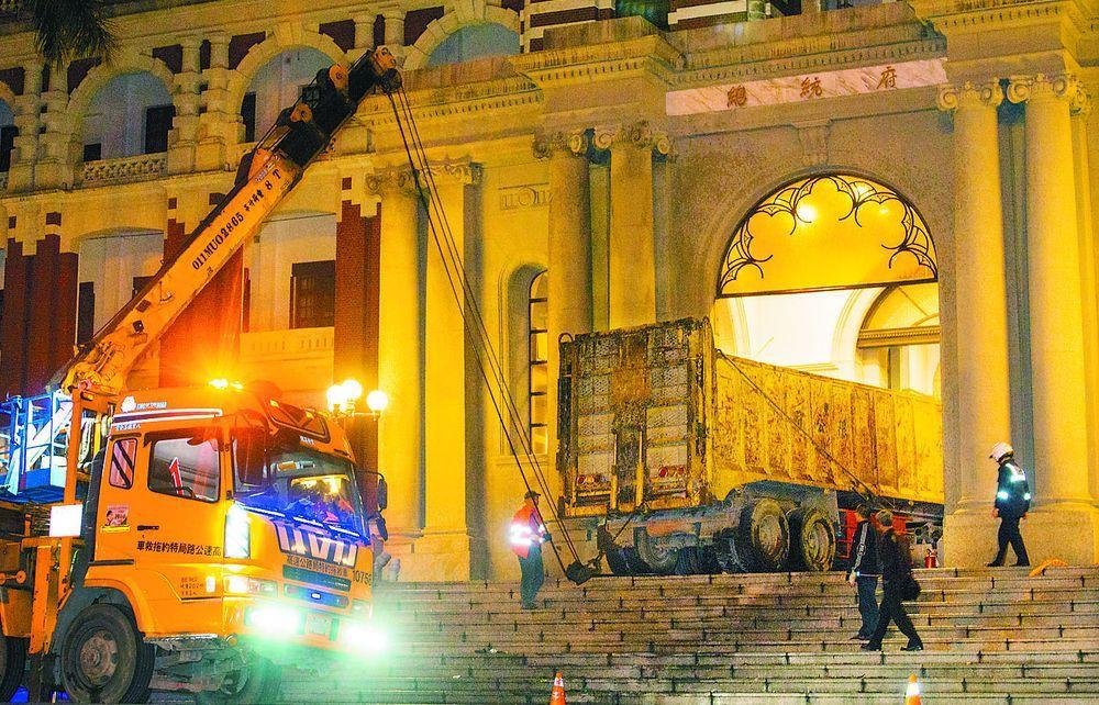 2015年張德正駕砂石車衝撞總統府。圖/聯合報系資料照片