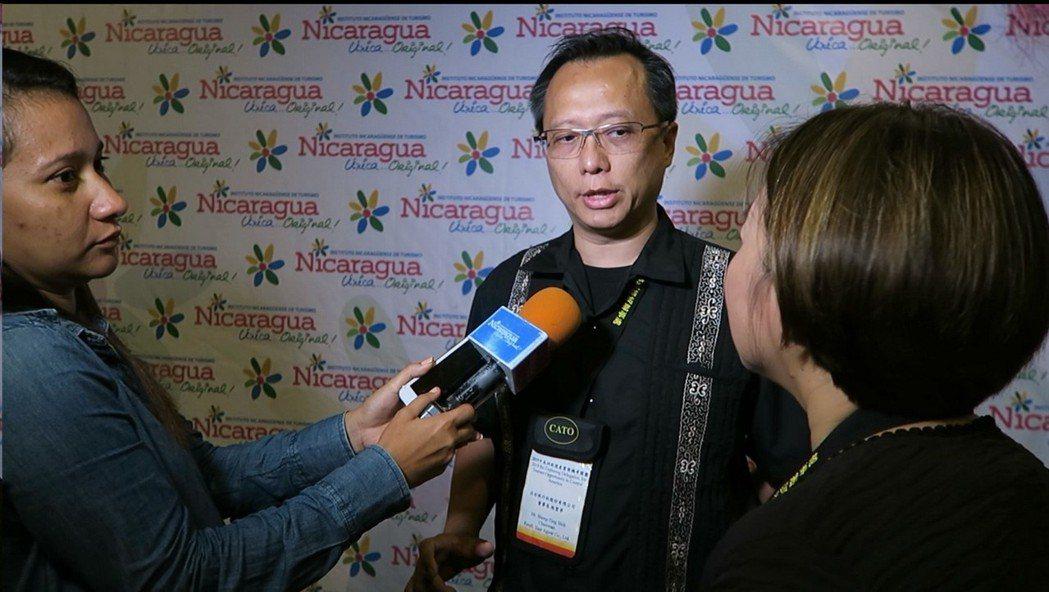 左右旅遊董事長施聖亭(中)代表接受尼加拉瓜當地媒體記者採訪。業者/提供