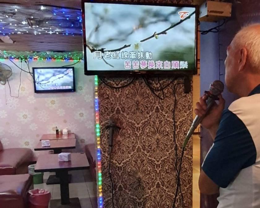 唱卡拉OK是阿公阿嬤平時休閒的最愛,卻被無端捲入伴唱業者的糾紛。業者/提供