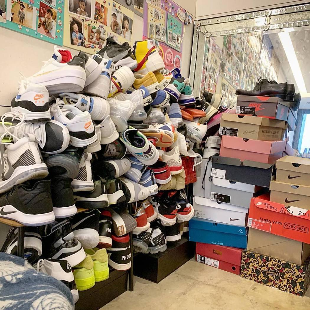 黑人平常喜愛收集運動鞋。 圖/擷自黑人臉書