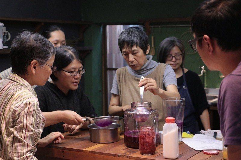 寇延丁在美虹廚房的釀酒課,吸引各式各樣的朋友加入,透過食物開啟一場生活革命。 圖/作者自攝