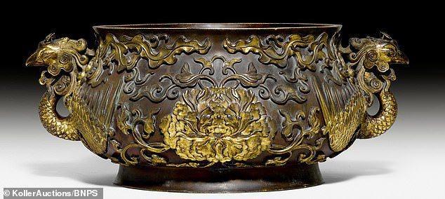拿來裝網球的「銅碗」,竟然是中國17世紀宮廷御用的「牡丹鳳凰」鎏金青銅香爐。圖擷...