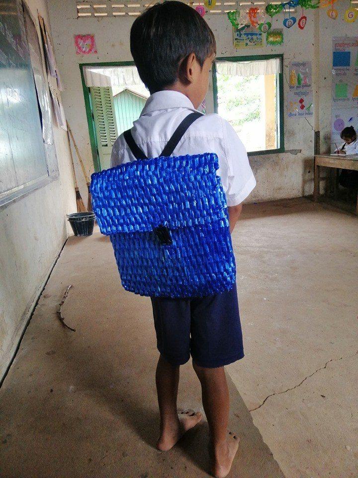 柬埔寨有位老師於臉書上分享,一位學生的爸爸因負擔不起買新書包的費用,所以用尼龍繩...