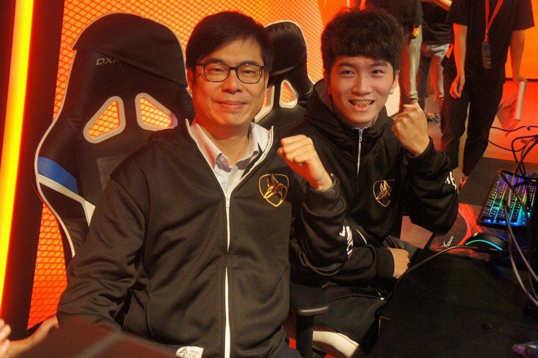 陳其邁和人氣選手咪咪蛋組隊挑戰英雄聯盟。