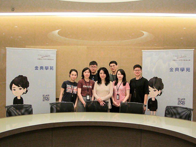 時雨基金會董事長李貴敏與同仁們致力提升民眾法律水平。 圖/林宜珊 攝影