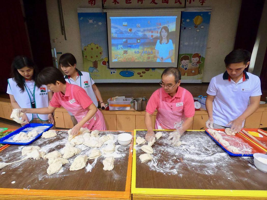 饅頭夫婦林波、靳寶儀教導100位社區居民做養生饅頭。 信義房屋/提供