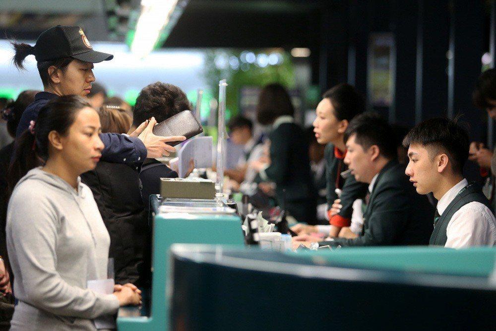 工會宣布罷工後,旅客至櫃檯詢問相關因應事宜。 圖/聯合報系資料照
