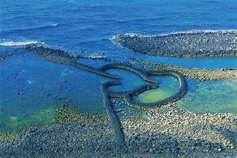 澎湖石滬造型浪漫,吸引許多遊客前來朝聖。 圖/澎湖縣政府提供