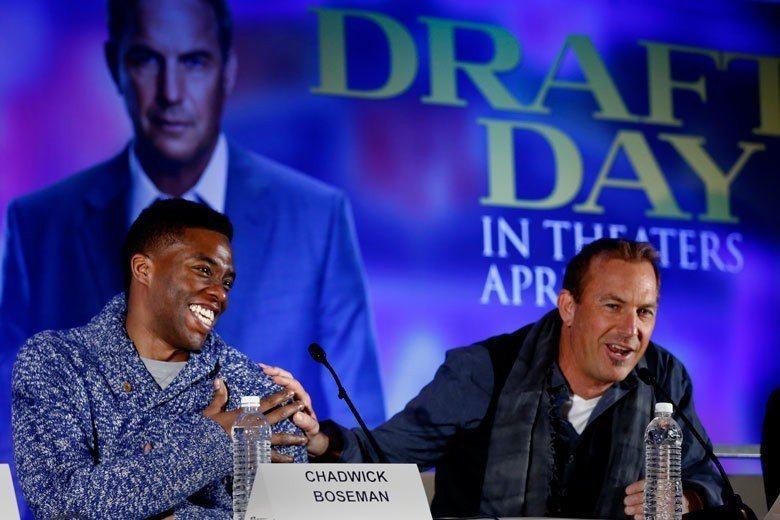 凱文柯斯納(右)在電影「超級選秀日」中大玩爾虞我詐的談判遊戲,最後在選秀會中完成...