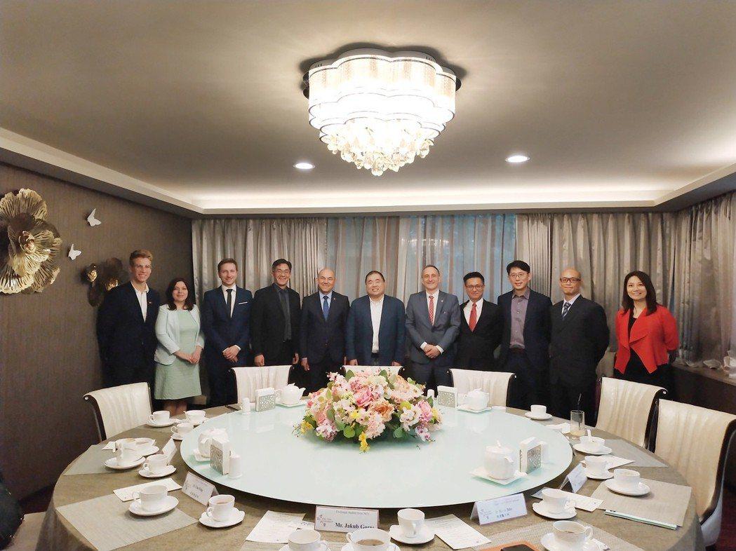 哥白尼大學代表與世新大學董事長周成虎(中)相見歡。世新大學/提供
