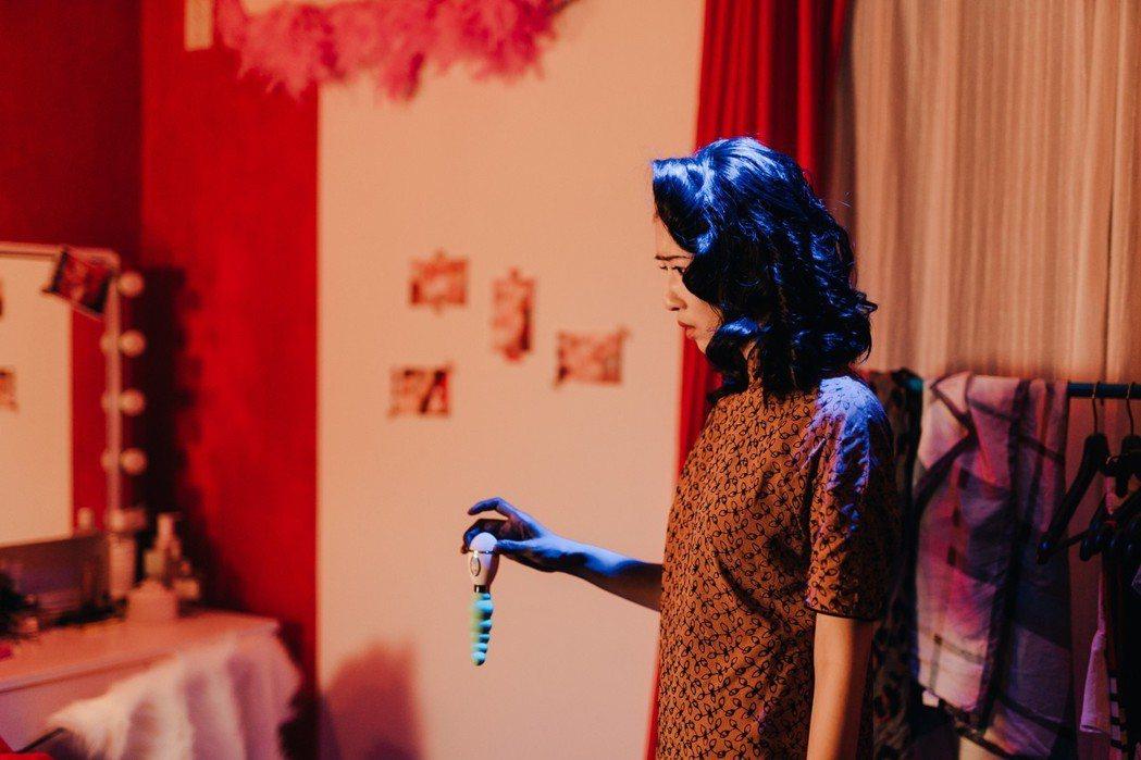 常心屏飾演的「處女鬼」大玩情趣用品。圖/瀚草影視提供