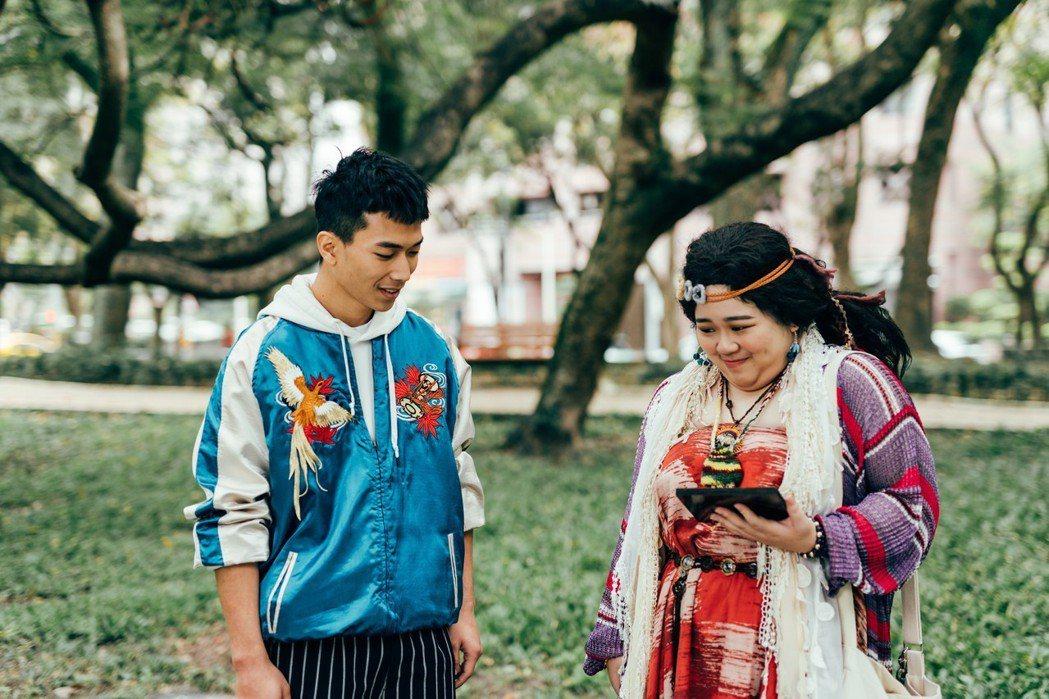 周維鈺(右)戲中「約炮」,竟遇到自己戲外老師。圖/瀚草影視提供