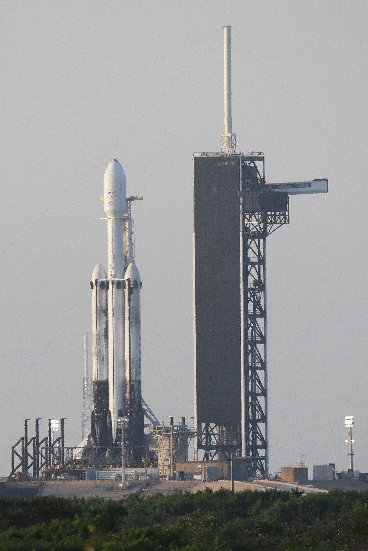 承載福衛七號的獵鷹重型火箭直立在發射台。圖/國研院提供