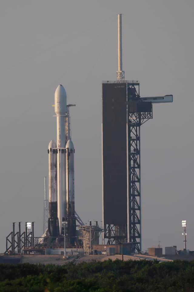 搭載福衛七號的獵鷹重型火箭已經立起,火箭的發射窗口為台灣時間上午11時30分至1...