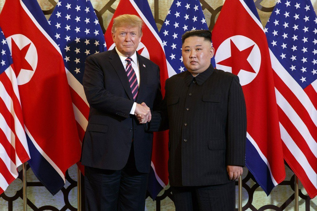美國總統川普(左)和北韓領導人金正恩今年2月在越南河內進行川金二會。美聯社