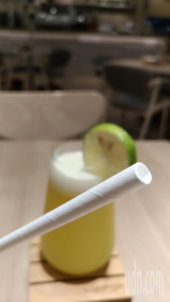 今年7月1日起四大場所內用餐飲,不得提供一次用塑膠吸管,圖為紙吸管。記者楊德宜/...