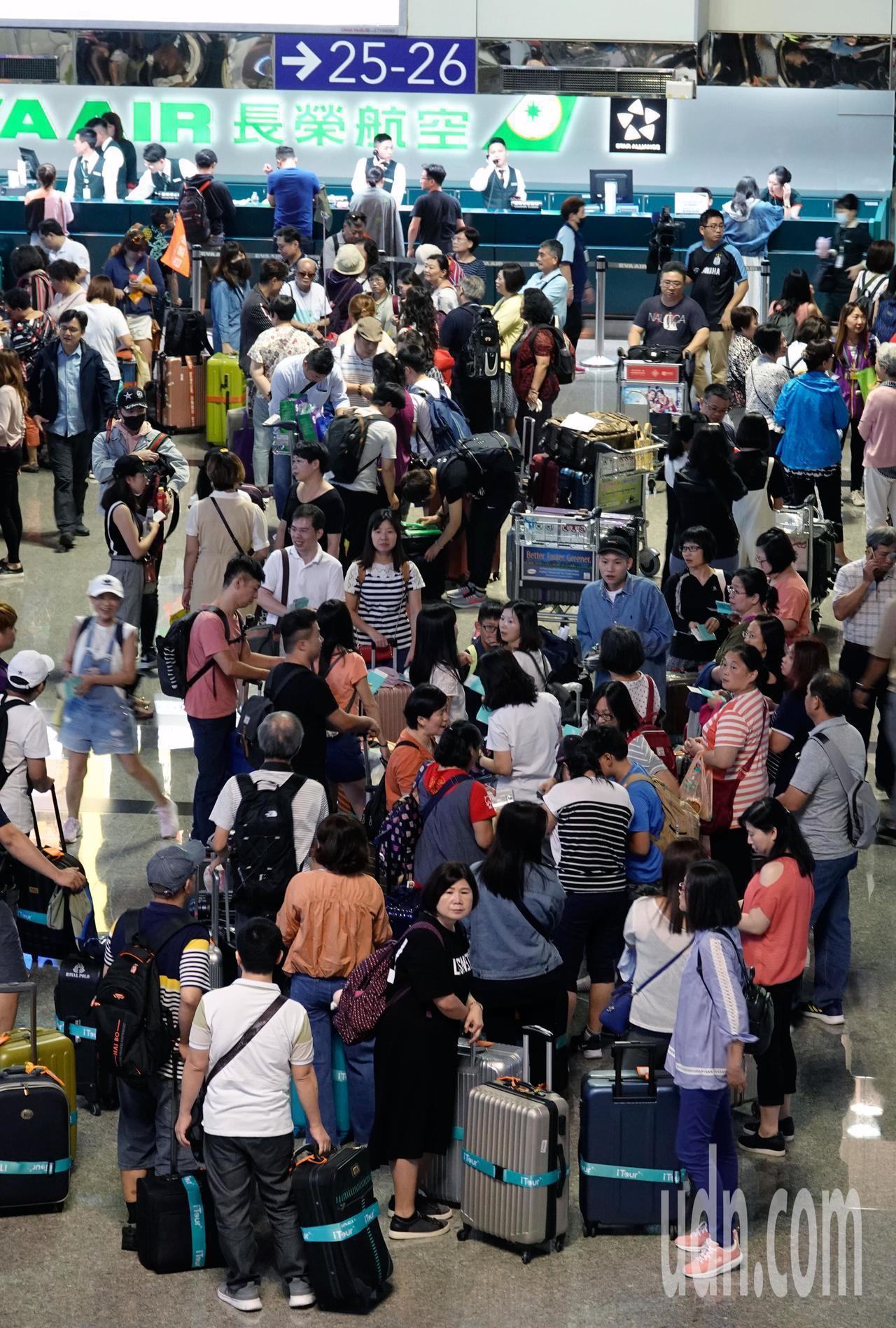 受到空服員罷工影響,長榮今取消103航班。本報資料照片