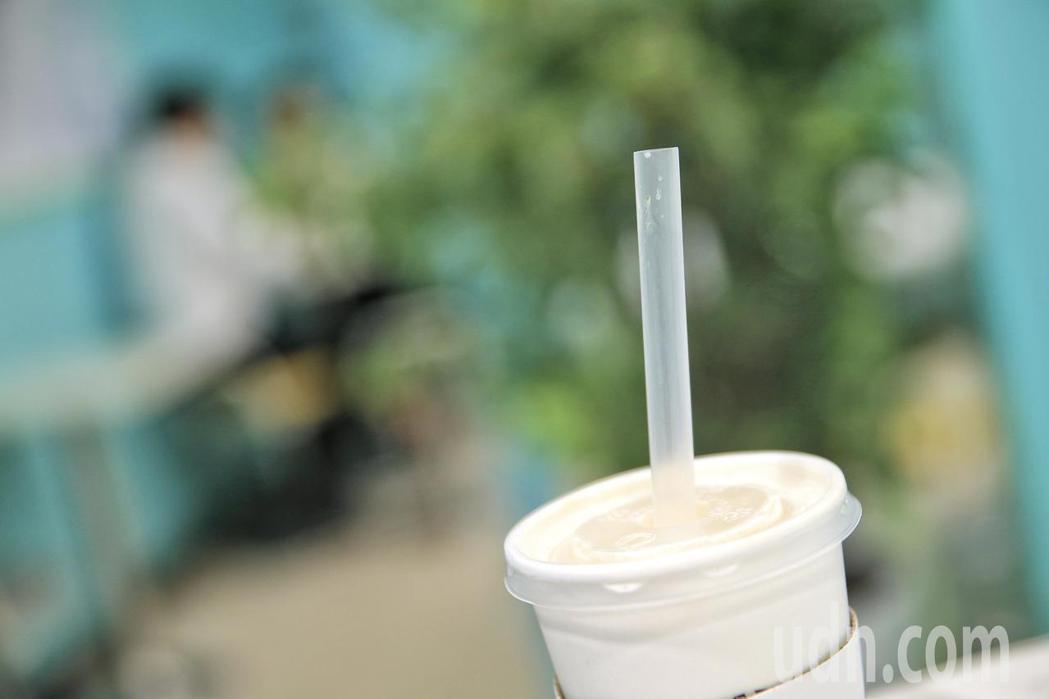 環保署推動限用一次性塑膠吸管政策,今年7月起,公部門、公私立學校、百貨公司及購物...