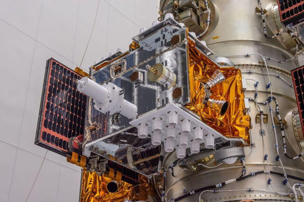福七將於台灣時間25日下午2時發射,圖為衛星安裝在火箭酬載分配轉接環。圖/國家實...