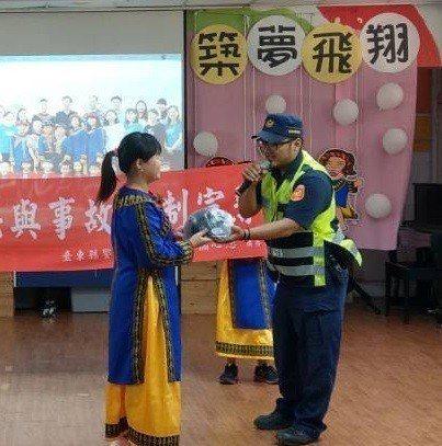 台東大溪國小畢業生每人收到一頂「安全帽」畢業禮物。記者尤聰光/翻攝