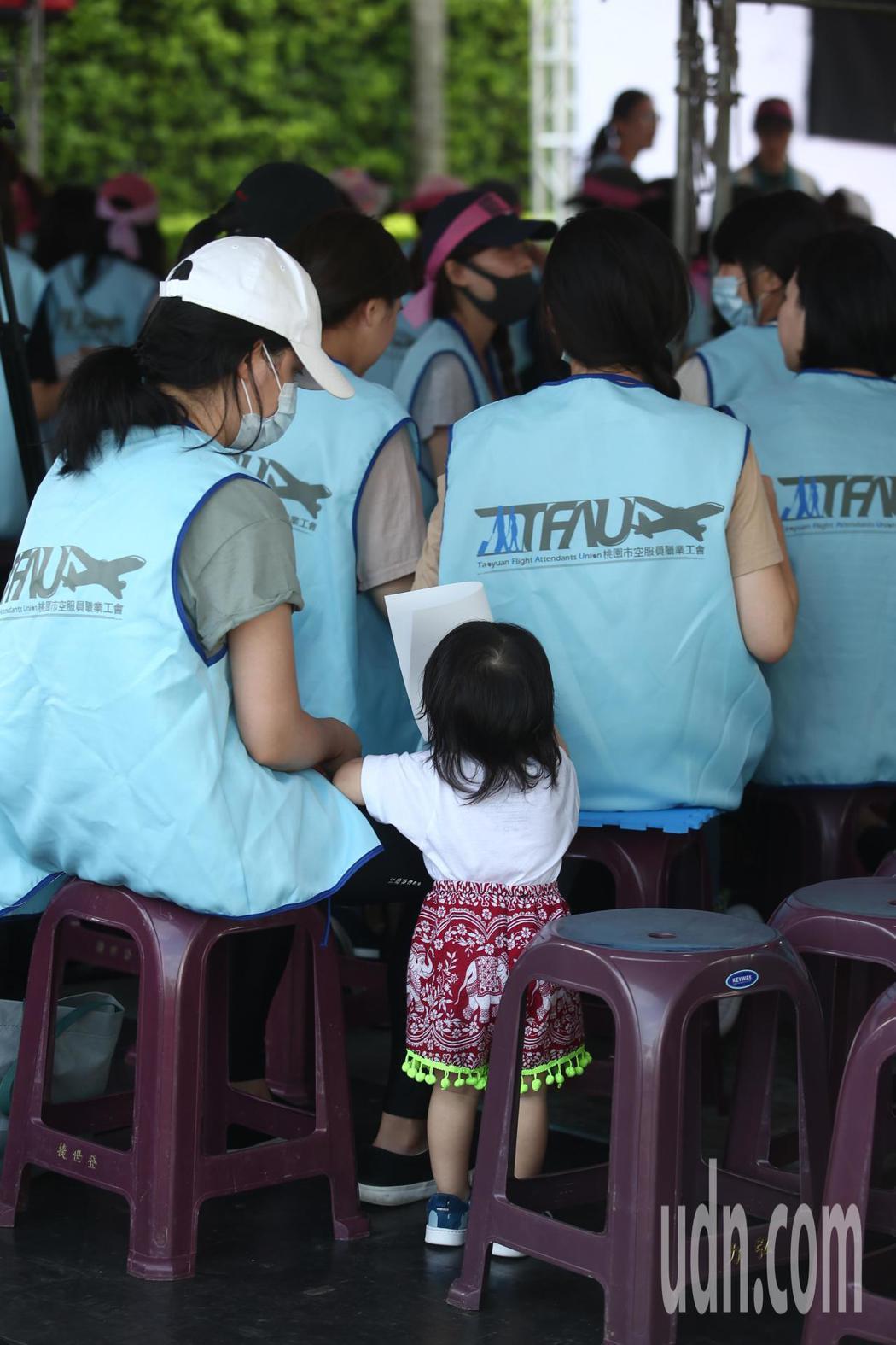 長榮空服員罷工進入第6天,現場罷工的長榮空服員帶著小朋友到現場參與靜坐抗議。記者...