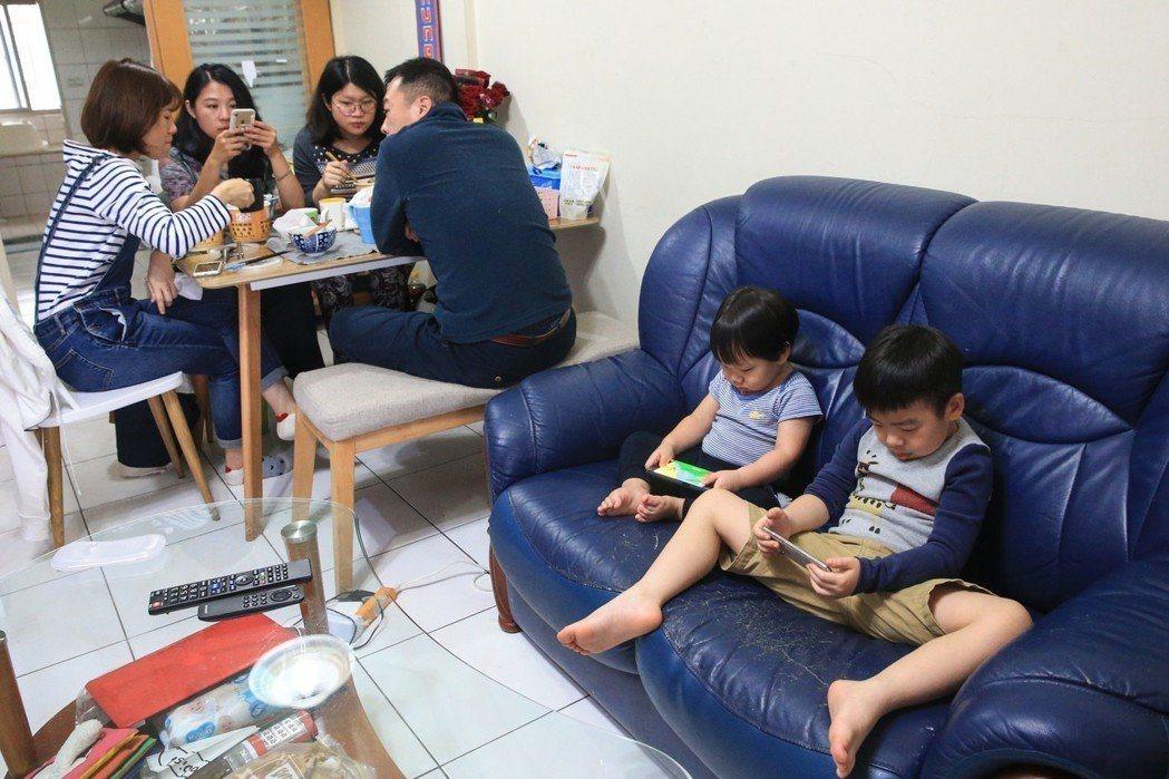 世界衛生組織近日罕見發布指南,建議兩歲以下不要接觸電子螢幕。但幼童滑手機已成世代現象。本報資料照片