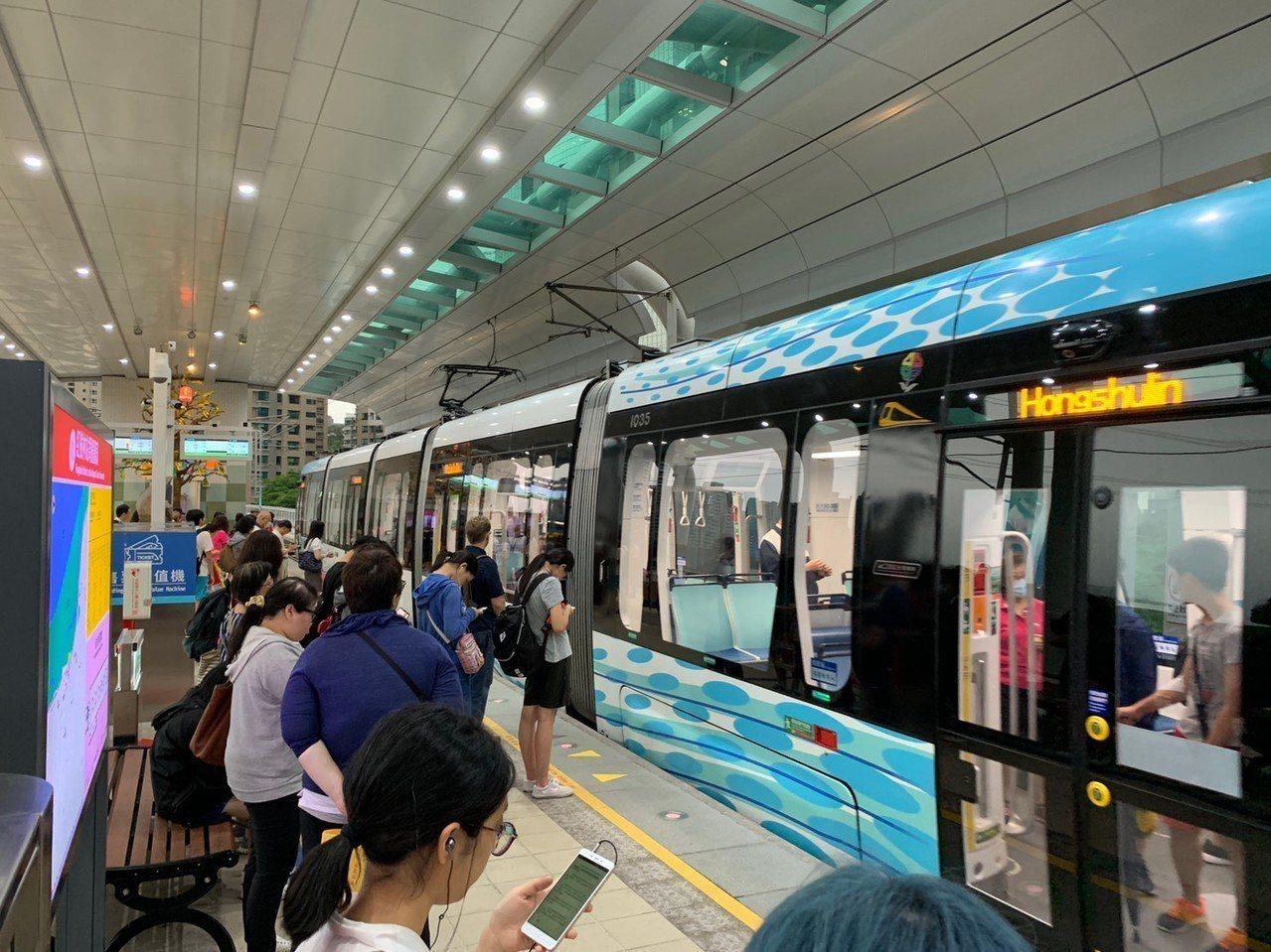 淡海輕軌自7月1日起將調整時刻表,平日上午6點30分至8點,最小班距將可達到6分...