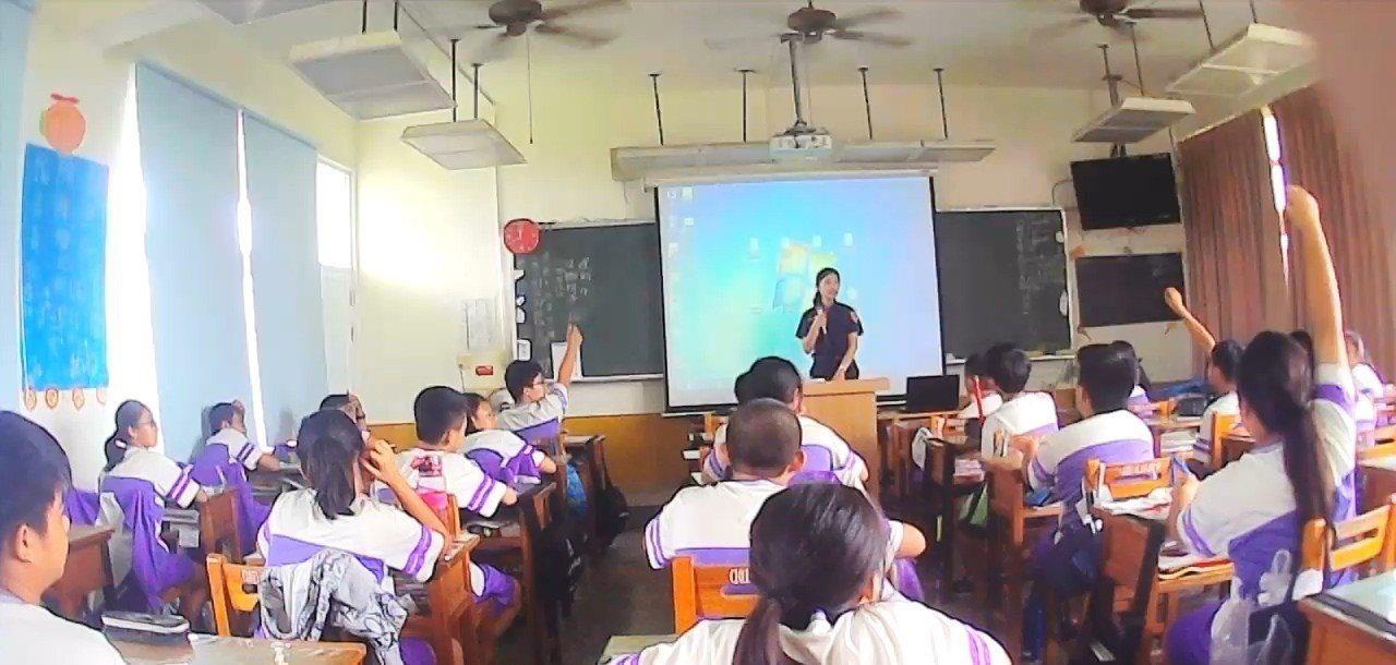 暑假開始前,警方前進校園提醒學生不要誤入毒品陷阱。記者徐白櫻/翻攝