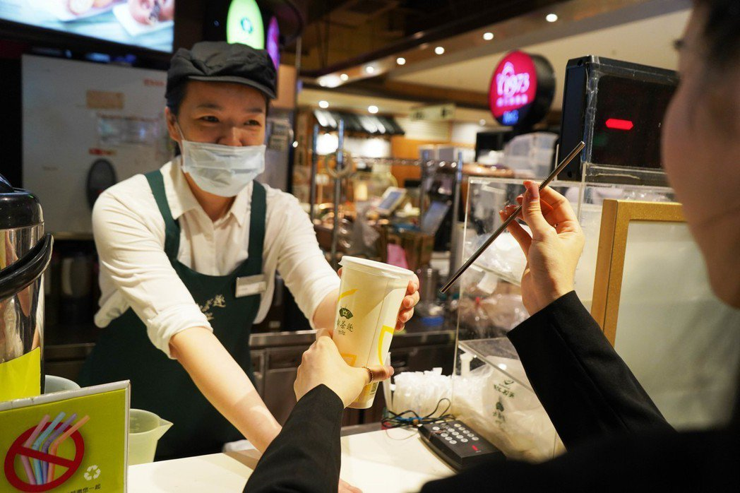 新光三越歡迎「不塑之客」!聯合全台930家餐飲品牌力挺減塑愛地球。  圖/新光三...