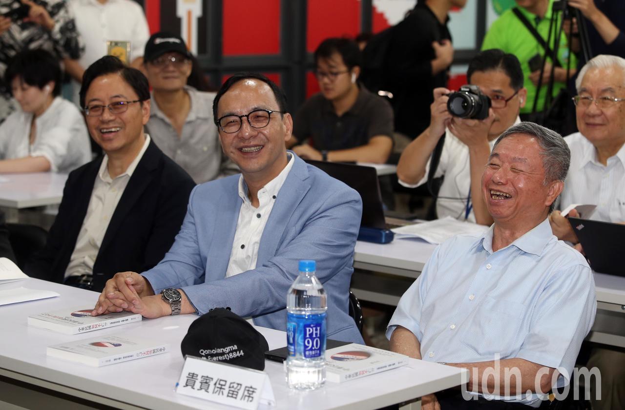 前衛生署長楊志良(右)上午舉行新書「中華民國如何不亡」發表會,希望總統參選人接招...