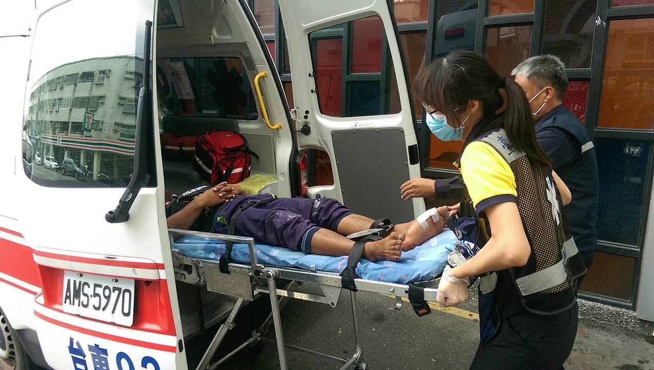 一名35歲印尼籍漁工在台東綠島海域捕魚時,不慎遭魟魚刺傷左腳大拇指靠近腳背內側,...