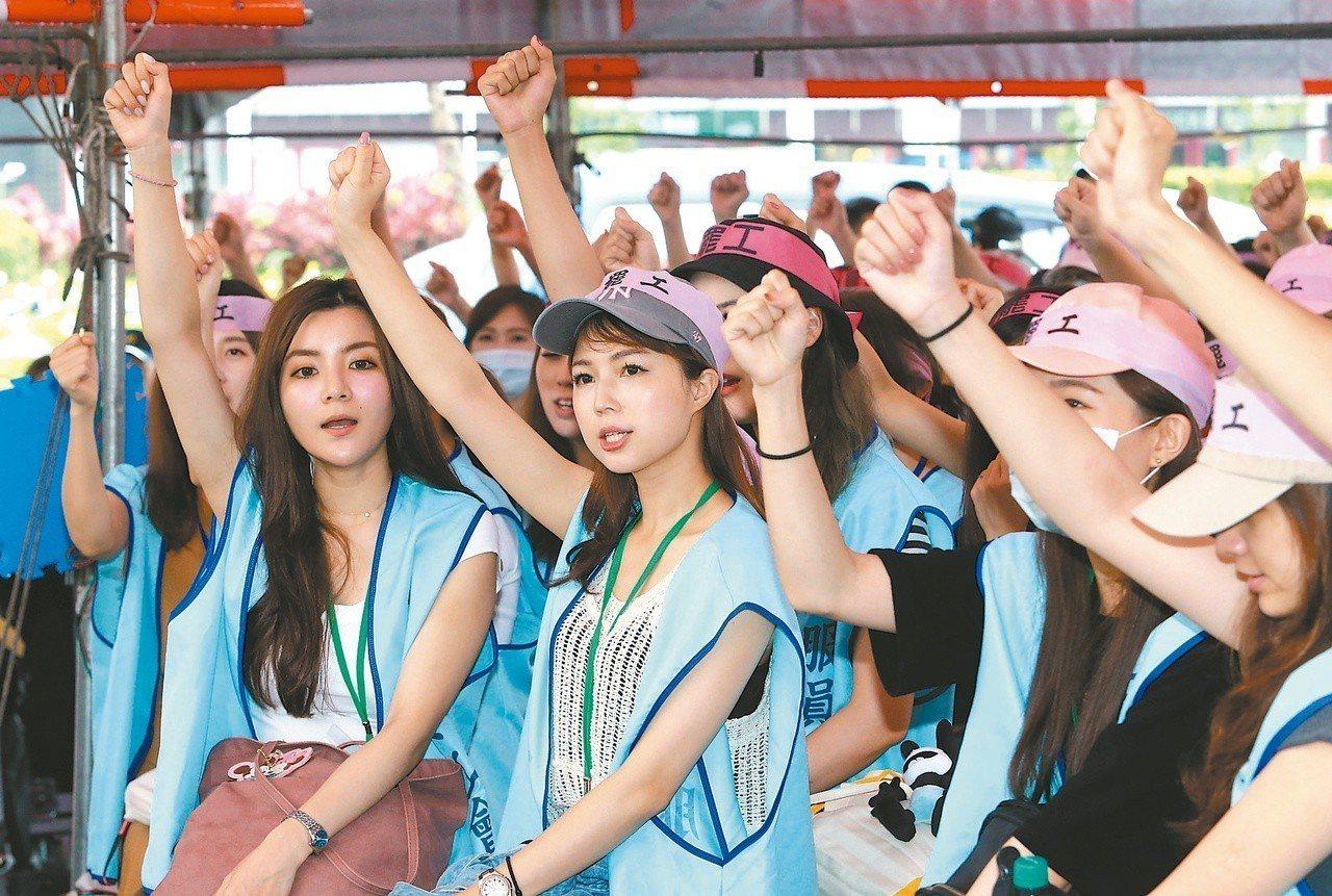 長榮航空空服員昨天持續在桃園南崁長榮航空總部前抗爭,並高呼「長榮罷工,一定成功」...