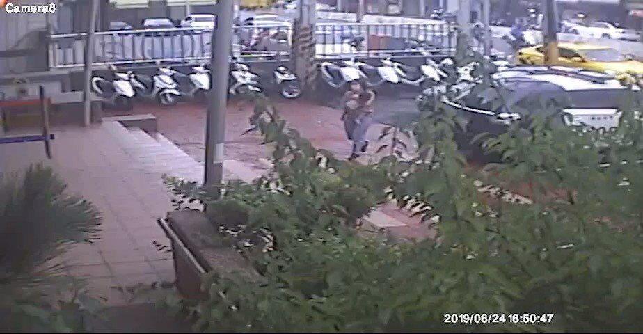 新竹縣竹東鎮一位母親抱著失去意識的兩歲男童到二重埔派出所請求協助。記者郭政芬/翻...