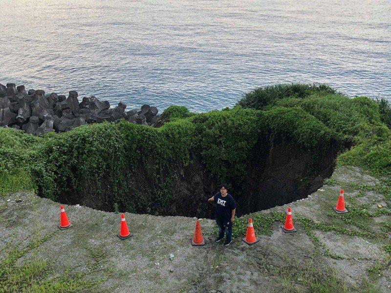 從空拍照片看來,長約12公尺、寬約8公尺的大洞十分巨大。圖/花蓮縣議員魏嘉彥提供