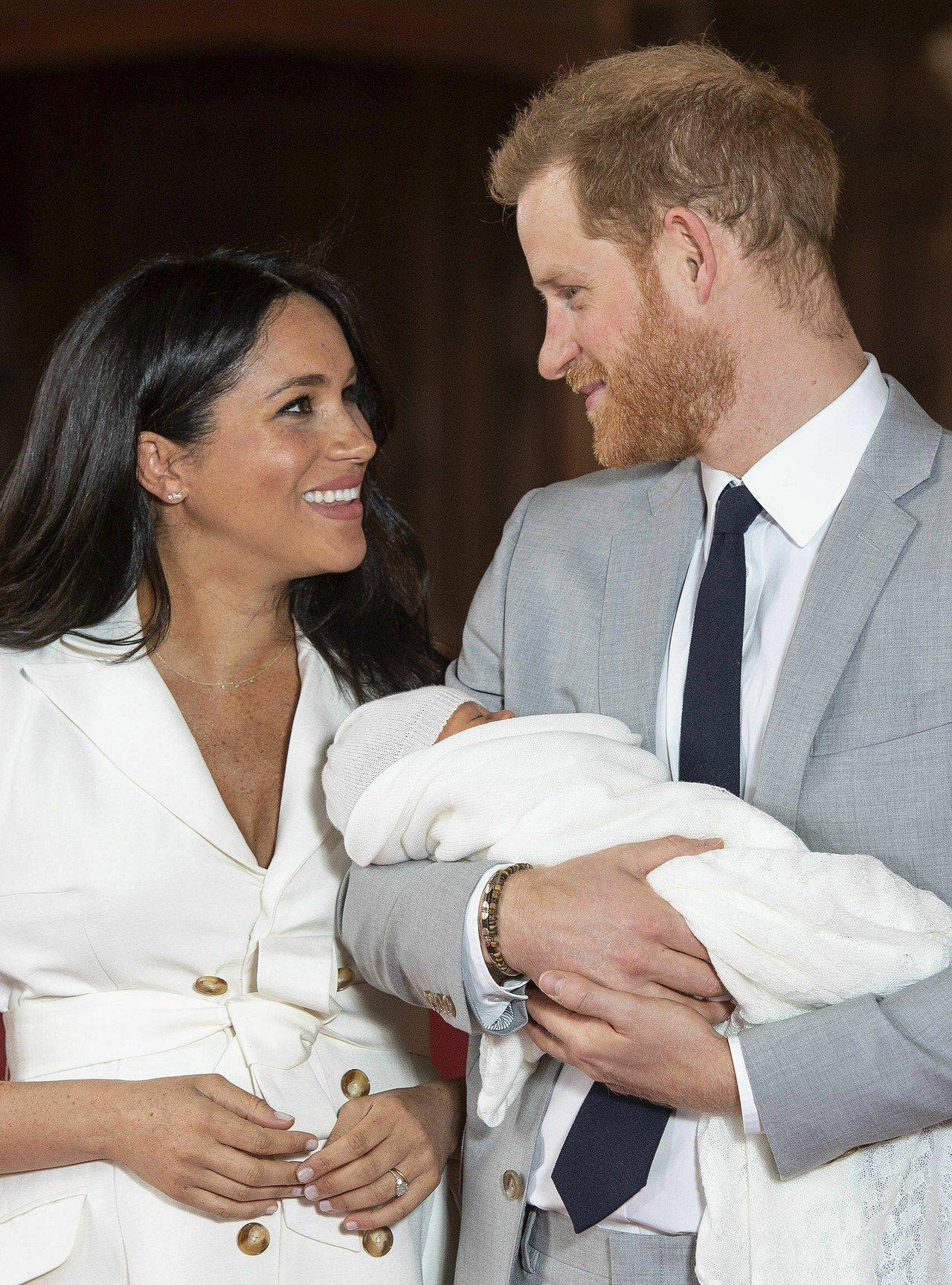 英國王室哈利王子與妻子梅根疑因與威廉王子與凱特不合,要搬出倫敦市中心的肯辛頓宮,...