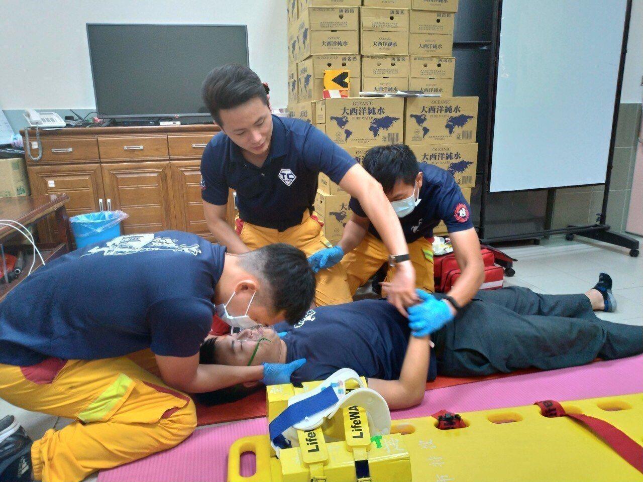 嘉義市消防局東區分隊即日起分隊5位高級救護技術員每日輪值分隊緊急救護教官,遇到O...